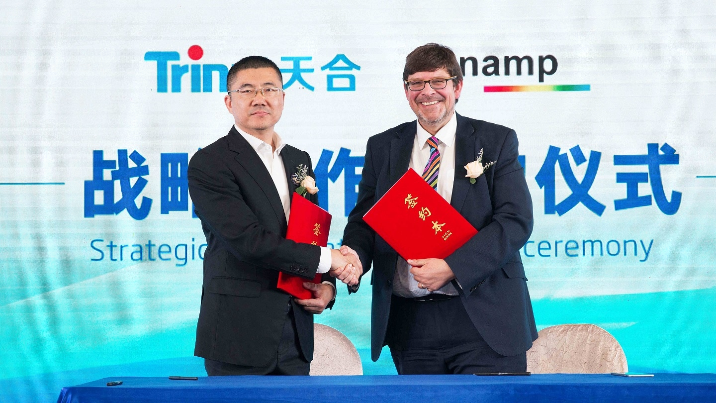Sunamp_CEO_ANdrew_Bissell_signs_MoU_with_Trina_Solar_VP_John_Ding